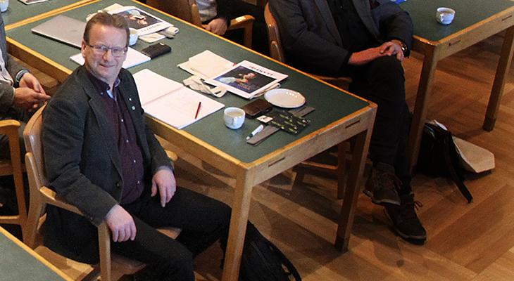 Mann i møtesal
