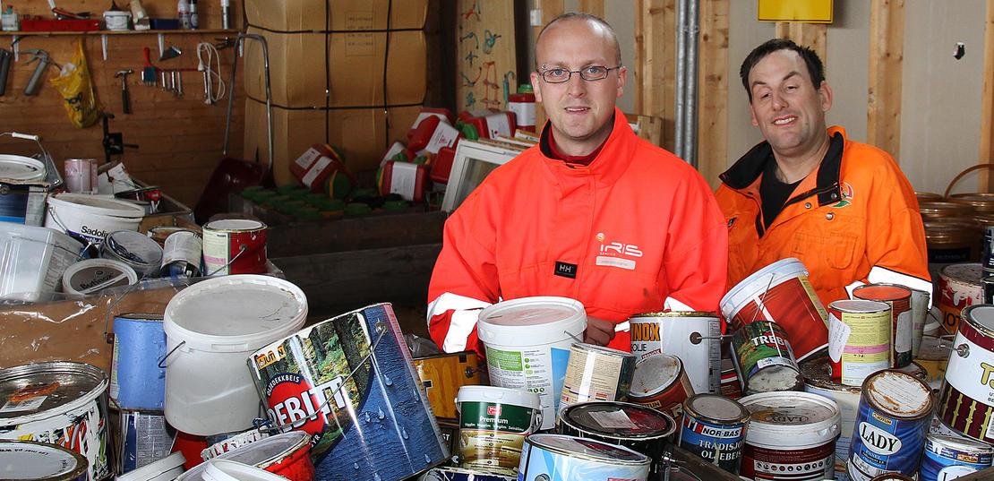 Plassjef Hans Inge Hogstad og Einar Norum tar imot store mengder farlig avfall ved Miljøtorg Reipå.