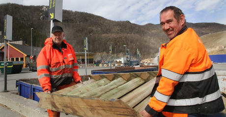 Driftsoperatørene Geir Larsen (t.v.) og Arne Løkås på Miljøtorg Vikan.
