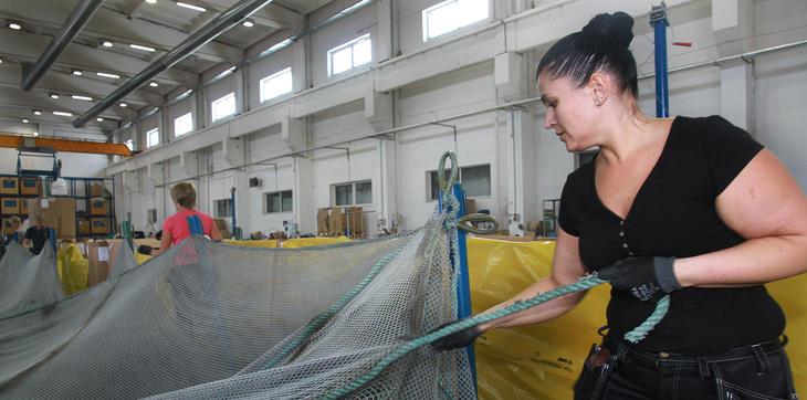 All nedskjæring av kasserte fiskeredskaper skjer på Nofirs fabrikk i Taurage i Litauen.